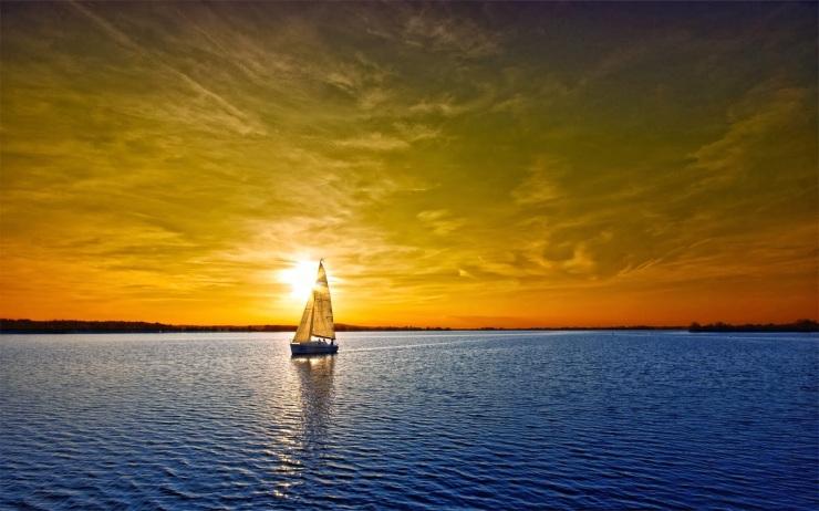 Fotografía de un velero en el mar durante el ocaso